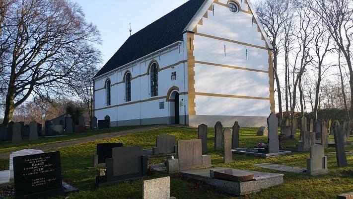 Wandelen over het Groot Frieslandpad bij kerk in Hemrik