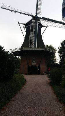 Wandelen over het Groot Frieslandpad bij de Molen in Vriescheloo