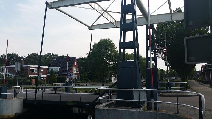 Wandelen over het Groot Frieslandpad bij ophaalbrug in Oude Pekela