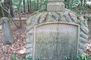 Herdenkingsplaquette 2e WOtijdens wandelreis over Hermannsweg in Teutoburgerwald in Duitsland