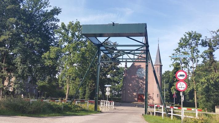 Wandelen over het Hertogenpad bij brug in Griendtsveen