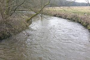De Geul bij Wittem over de Maas op een wandeling over het Krijtlandpad