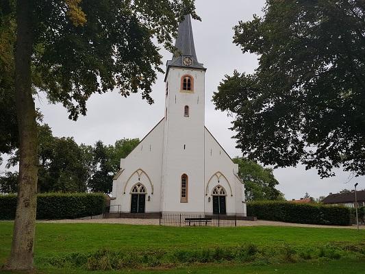 Wandelen over het Maarten van Rossumpad bij kerk in Rijswijk