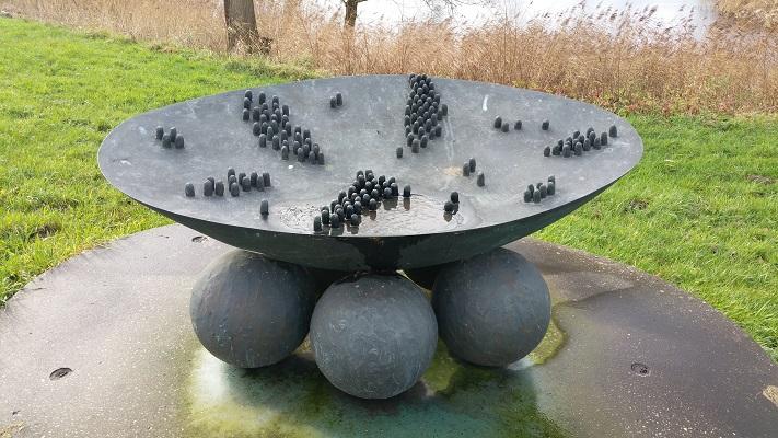 Kunstwerk Zeedijk tijdens wandeling over het Maaspad van Heusden naar Waalwijk
