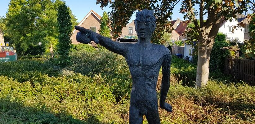 Beeld Wijzende Jongen Stad aan 't Haringvliet op een wandeling over het Maaspadvan Stad aan 't Haringvliet naar Willemstad