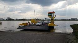 Veerpont Waalwijk-Drongelen tijdens een wandeling over het Maaspad van Waspik naar Waalwijk