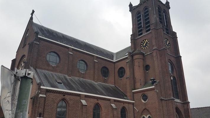 Wandelen over het Marikenpad bij kerk in Hintham Den Bosch