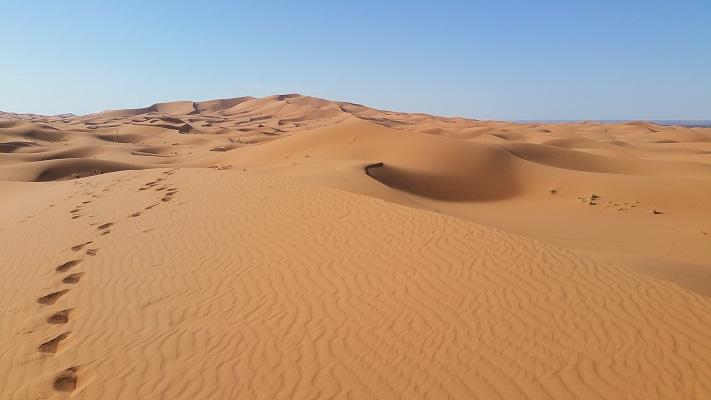 Woenstijnlandschap tijdens wandelreis in Marokko