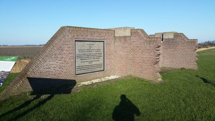 Monument Slachtedijk op een wandeling over het Nederlands Kustpad van Franeker naar Sint Jacobiparochie