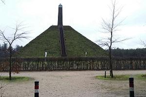 Wandelen over het Oudste Wandelpad van Nederland bij de pyramide van Austerlitz