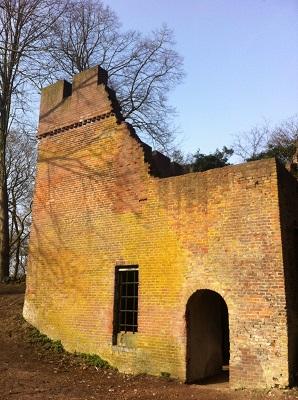 Wandelen over het Oudste Wandelpad van Nederland bij ruïne op de Grebbeberg