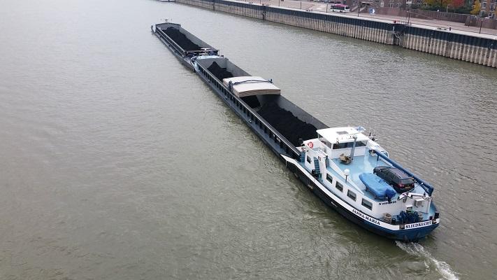 Wandelen in Park Lingezegen over het Doornikpad met scheepvaart op de Waal bij Nijmegen