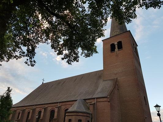 Wandelen over het Peelpad bij de kerk in Grashoek