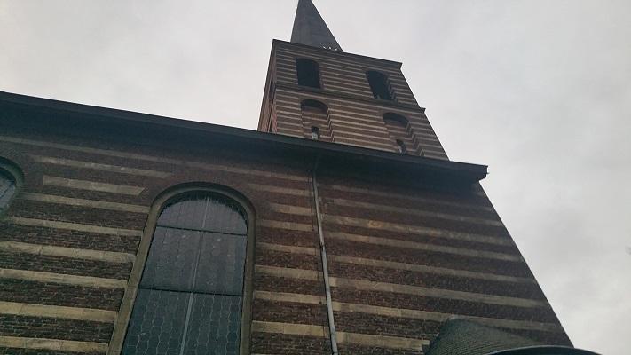 Wandelen over het Peelpad bij de kerk in Meyel