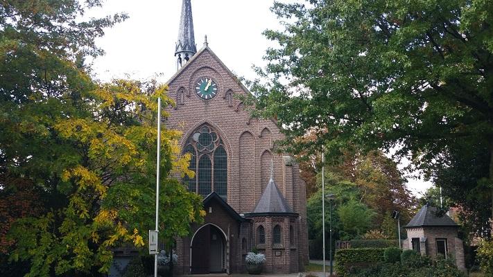 Wandelen over het Peelpad bij kerk in Heusden