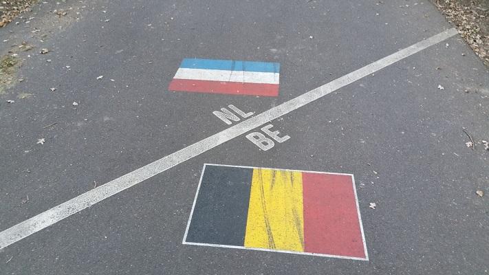 Wandelen over het Peerkepad bij straatvlaggen bij de Achelse Kluis