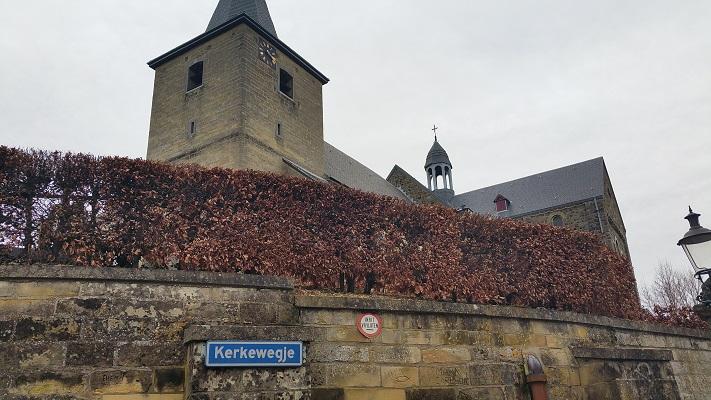 Wandelen over het Peerkepad in de voetsporen van Peerke Donders bij kerk Schin op Geul