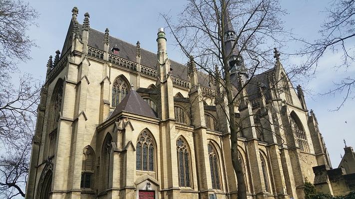 Wandelen over het Peerkepad bij de kerk in Meerssen