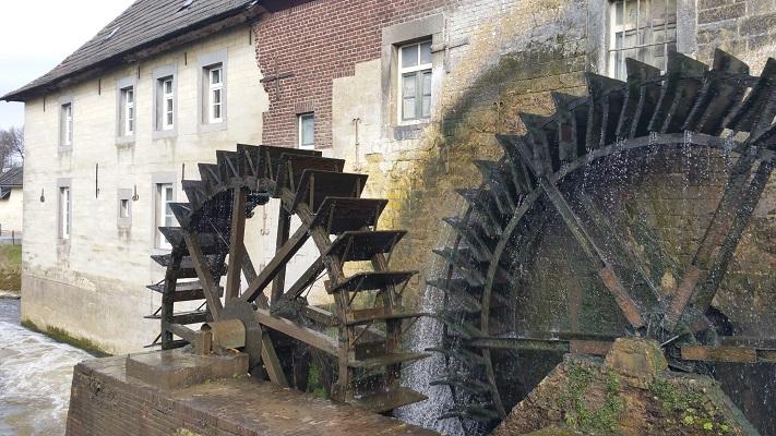 Wandelen over het Peerkepad in de voetsporen van Peerke Donders bij de watermolen in Wijlre