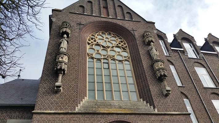 Wandelen over het Peerkepad in de voetsporen van Peerke Donders bij de kerk in Wittem