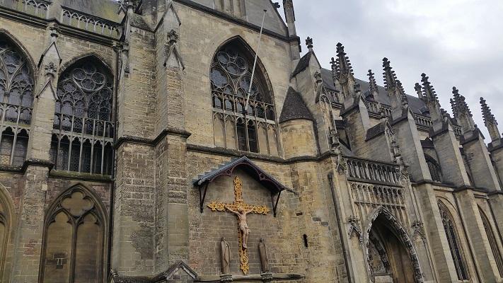 Wandelen over het Peerkepad in de voetsporen van Peerke Donders bij de kerk in Meerssen