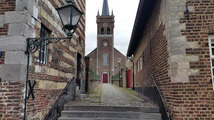 Wandelen over het Peerkepad in de voetsporen van Peerke Donders bij kerk in Elsloo