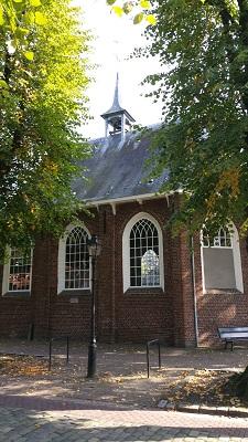 Wandelen over het Peerkepad bij de kerk in Bergeijk