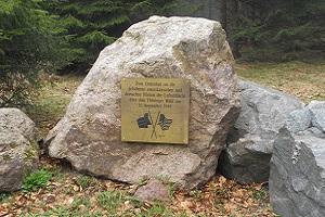 Herinneringssteen tijdens wandeling over Rennsteig in Thüringen in Duitsland