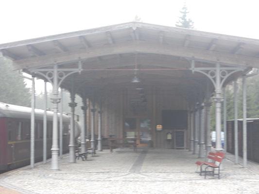 Oud treinstation tijdens wandeling van Bahnhof Rennsteig naar Rondell op wandelreis in Thüringen in Duitsland