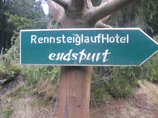 Wegwijzer Rennsteiglaufhotel tijdens wandeling van Bahnhof Rennsteig naar Rondell op wandelreis in Thüringen in Duitsland