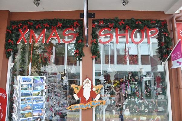 XMas shop tijdens stadswandeling in Reykjavik op wandelreis in IJsland