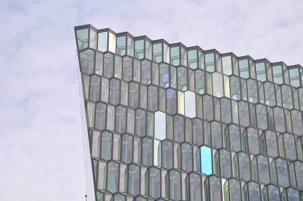 Harpa concertgebouw tijdens stadswandeling in Reykjavik op wandelreis in IJsland