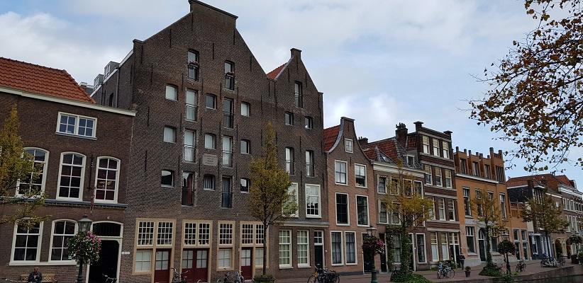 Wandelen over het Romeinse Limespad bij historische pakhuizen in Leiden