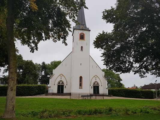 Wandelen over het Romeinse Limespad bij de witte kerk in Rijswijk