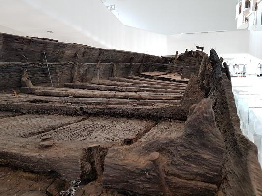 Wandelen over het Romeinse Limespad bij opgegraven boot in Castellum Hoge Woerd