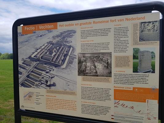 Wandelen over het Romeinse Limespad bij plattegrond bij Castellum Fectio