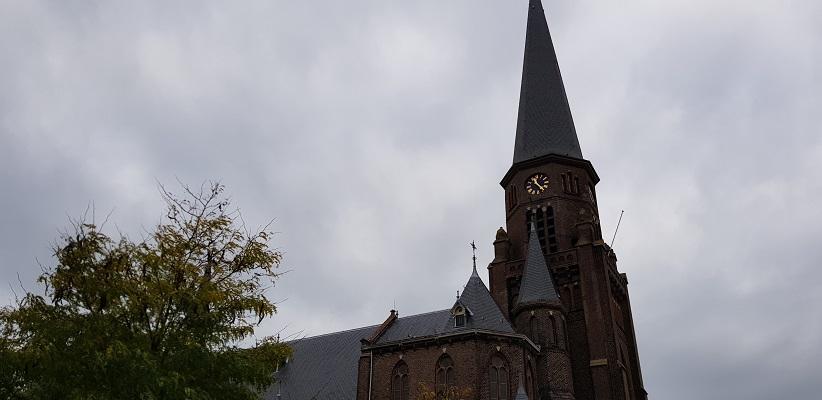 Wandelen over het Romeinse Limespad bij kerk in Alphen aan de Rijn