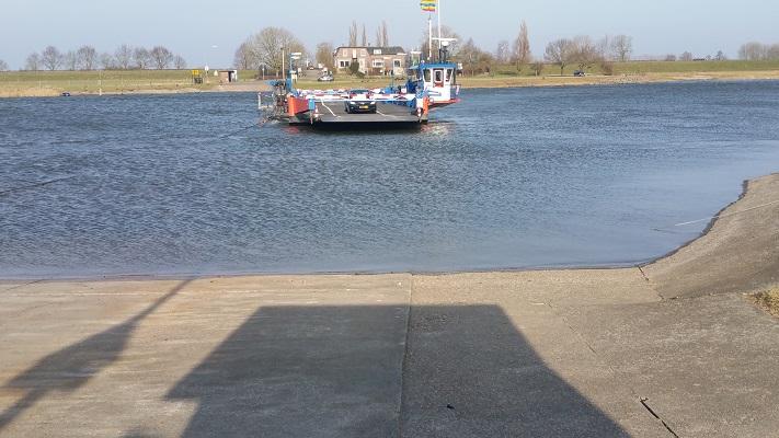 Veerpont IJssel bij Wijhe op een wandeling over het Roots Natuurpad van Wijhe naar Heerde