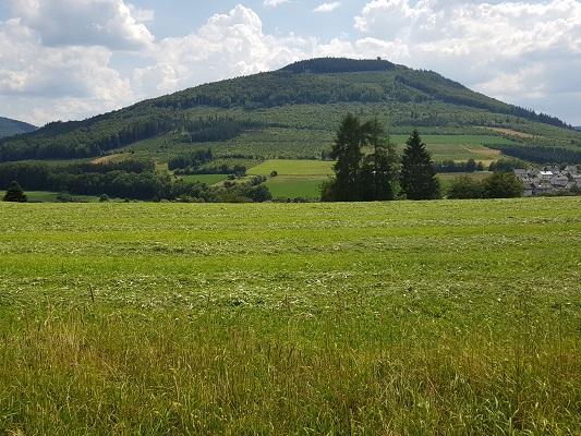 Heuvellandschap op wandeling van Brilon naar Olsberg tijdens wandelreis over Rothaarsteige in Sauerland in Duitsland