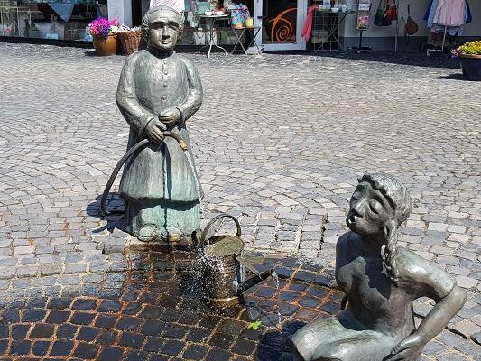Beeldjes op markt Brilon op wandeling van Brilon naar Olsberg tijdens wandelreis over Rothaarsteige in Sauerland in Duitsland