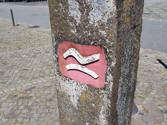 Markering Rothaarsteig tijdens wandelreis over Rothaarsteig in Sauerland in Duitsland