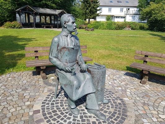 Beeld in Langewiese tijdens wandeling van Kahler Asten naar de Hoheleyehutte over de Rothaarsteige in Sauerland in Duitsland