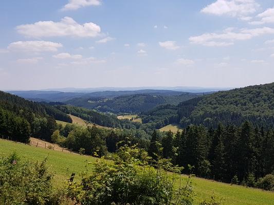 Berglandschap tijdens wandeling van Willingen naar Usseln op wandelreis over Rothaarsteige in Sauerland in Duitsland