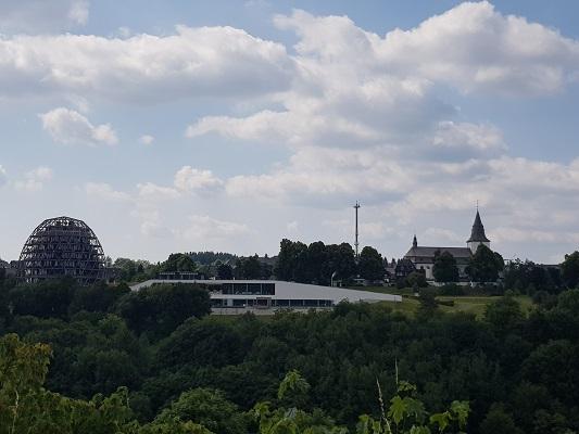 Zicht op Winterberg tijdens wandeling naar de Ruhrquelle op wandelreis naar Rothaarsteige in Sauerland in Duitsland