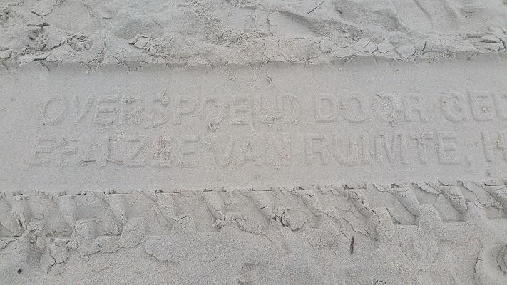 Sporen in zand op Noordzeestrand op wandeling WaddenWandelen in een rondje over Oost-Vlieland