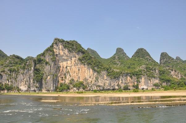 Karstbergen langs rivier de Li tijdens wandeling in karstgebied bij Guilin in China