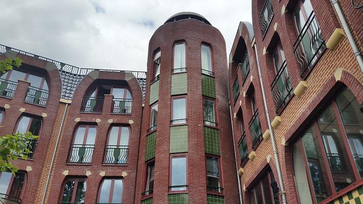 Spaans appartementengebouw tijdens wandeling Hedendaagse Architectuur in Den Bosch