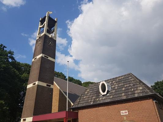 Wandelen over het Westerborkpad van 't Harde naar Elburg bij kerk in 't Harde