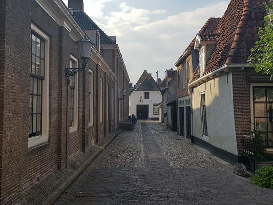 Wandelen over het Westerborkpad van 't Harde naar Elburg in straten van Elburg