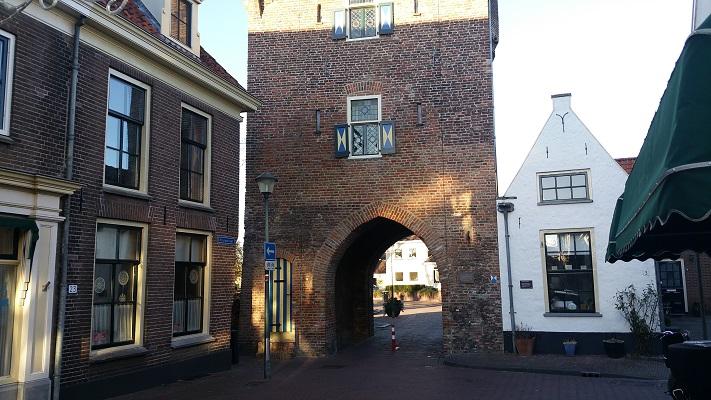 Wandelen over het Westerborkpad bij stadspoort in Hattem